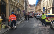 Na stavbě po desáté hodině vMikulandské ulici vcentru Prahy se zřítila část domu a zavalila pět lidí. Tři už se hasičům podařilo vyprostit a předat záchranářům, další dva stále leží pod sutinami. Ulice je uzavřená a provoz je zastaven také vulici Národní.