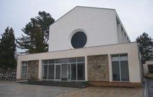 Smuteční žehy v Karlovarském kraji již nebudou. Radnice se rozhodla uzavřít po 85 letech kremační pece v Karlových Varech. Nebožtíky nyní budou po obřadu vozit do 66 km vzdáleného krematoria v Hrušovanech na Chomutovsku.