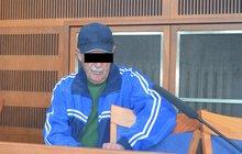 Ze znásilnění třech zhruba devítiletých dívek se zpovídá u soudu muž (68, na snímku) z Jičínska.