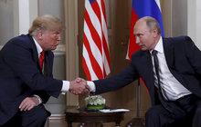 Co si řekli za zavřenými dveřmi? Kdo koho drží v šachu? Zatímco prezident USA Donald Trump (72) si setkání se svým ruským protějškem v Helsinkách pochvaluje, světová média ho kritizují: byl jako poslušný pejsek na vodítku v rukou Vladimira Putina (65). Co ale odhalil pro Aha! expert na řeč těla Petr Jasinski?