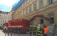 Rekonstrukce domu skončila tragédií! Klenba stropu se v Mikulandské ulici v centru Prahy zřítila přímo na pracující dělníky. Tři byli vyproštěni, další hledají v sutinách psi.