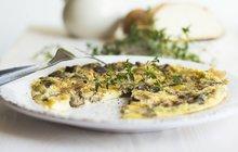 <strong>POTŘEBUJETE:</strong>500 g různých lesních hub1 svazek jarní cibulky1 svazek petrželky5 listů černobýlu100 g ovčího sýra8 vajec80 ml mlékasůlmletý pepř2 lžíce másla4 lžíce olivového oleje