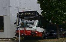 Se dvěma osobáky se střetl autobus MHD v pražských Strašnicích, přitom vyletěl ze silnice a narazil do budovy Českého statistického úřadu.