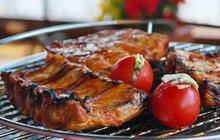 <strong>POTŘEBUJETE: </strong>500 g vepřových žebersůl<strong>Na marinádu:</strong>1 cibuli2 lžíce vody2 lžíce oleje450 g kečupu80 g třtinového cukru3 stroužky česneku15 ml jablečného octa1 lžíci rajčatové omáčky1 lžíci worcesterské omáčky½ lžičky kajenský pepř1 lžičku hořčice2 lžičky drceného pepře