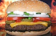<strong>POTŘEBUJETE:</strong>2 lžíce olivového oleje2 cibule1 lžičku třtinového cukru2 lžičky balzamikového octasůlmletý pepř400 g mletého vepřového masa50 g toustového chleba10 lístků šalvěje1 vejce50 g nivy4 burgerové housky