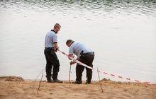 Policie obvinila z usmrcení z nedbalosti tři lidi v souvislosti se srpnovým utonutím dvou vietnamských chlapců na koupališti Lhota u Prahy. V případě odsouzení jim hrozí rok až šest let za mřížemi, řekla dnes ČTK policejní mluvčí Markéta Johnová. Mluvčí nechtěla specifikovat, zda jsou obvinění zaměstnanci koupaliště nebo návštěvníci, kteří na koupališti v osudnou dobu byli.