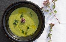 POTŘEBUJETE:1 lžíci přepuštěného másla1 lžíci olivového oleje1 bílou cibuli2 stroužky česneku600 g cukety700 ml zeleninového vývarusůlpepř200 g sýru Feta