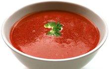 POTŘEBUJETE:1 palici česneku2 lžíce olivového oleje500 g rajčat1 lžíci přepuštěného másla1 cibuli350 ml zeleninového vývaru2 lžičky sušené bazalky1 lžičku sušené papriky1 lžičku sušeného tymiánu1 lžičku sušeného kmínusůlpepř