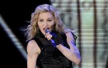 Královna popu! Přesně tak je označována Madonna, která 16. srpna oslaví 60. narozeniny. Za to, že byste jí tento věk ani zdaleka nehádali, vděčí své přísné životosprávě. Několik hodin denně cvičí, jí jen makrobiotickou stravu a zásadně odmítá, že se jejího těla dotkl nůž plastického chirurga, což jí ale lze jen těžko věřit. Jedno je však jisté. Madonna je ikona a vGuinnessově knize rekordů je zapsána jako nejúspěšnější umělkyně všech dob. Její život ale vždycky tak pohádkový nebyl...