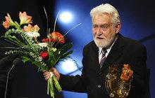 Trvalo to! Ilja Racek (†88) zemřel ve čtvrtek 2. srpna, Divadlo na Vinohradech ale nekrolog slavného herce zveřejnilo až před tímto víkendem. Do té doby na stránkách přední pražské scény ani na jejím Facebooku nebyla o Rackovi ani zmínka.