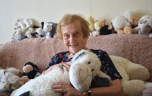 <strong>Vlednu 1942 byla srodiči a starším bratrem deportována do terezínského ghetta. Tam jí zemřela maminka, tatínek se nevrátil zvyhlazovacího tábora vOsvětimi. VTerezíně byla Doris Grozdanovičová (92) byla pasačkou ovcí, před smrtí ji zachránil jeden nacistický důstojník. Přes všechny životní útrapy je vpožehnaném věku stále velmi čilá…</strong>