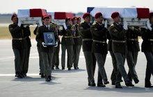 Vojáci zabití v Afghánistánu jsou zpátky doma:  Tři rakve a moře slz