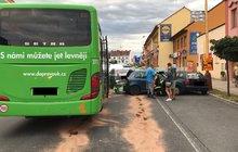 Řidič autobusu v Roudnici nad Labem na Litoměřicku nezvládl zabrzdit před kolonou a naboural šest aut najednou.