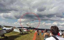 Zatáčel, přitom se jeho letoun otočil kolmo dolů a zřítil se z výšky 50 metrů. Zkušený pilot Bohumil R. (†72) tragickou nehodu na air show ve Strunkovicích nad Blanicí na Prachaticku v sobotu nepřežil. Chyboval?