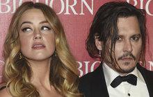 Nechutné obvinění proti vlastní exmanželce vznesl oblíbený herec Johny Depp. Podle něj se mu exmanželka Amber Heard vykálela do postele. Podle něj schválně, protože ví, že on to nemá rád.