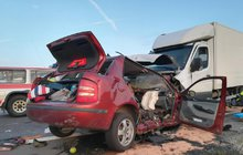 Sobotní nehoda mezi Vodňany a Protivínem má pátou oběť. Čtyřiatřicetiletý řidič dodávky přejel do protisměru a čelně se srazil s osobním autem. Při nehodě zemřeli oba řidiči a dva mladší cestující na zadním sedadle osobního auta. Jednou zobětí byla i mladičká Jana H., která zahynula i se svým nenarozeným dítětem.
