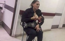 Nádherný akt něhy a nezištnosti předvedla argentinská policistka Celeste Ayala. Když do buenosaireské nemocnice přinesli podvyživené a špinavé miminko, neváhala ani minutu, vyhrnula košili a hladové dítě nakojila.