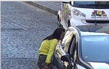 O 200 tisíc korun, peněženku a platební karty přišel řidič, který zaparkoval své auto v Dušní ulici v Praze a nezavřel okénko.