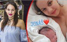 Muzikálová herečka Michaela Tomešová (27) se stala dvojnásobnou maminkou! Herečka si zdivadla odskočila do porodnice, kde přivedla na svět syna Jonáše.