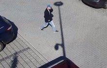 Několik měsíců už trvá v Bílovicích na Brněnsku řádění neznámého vandala, který polévá karoserie a okna zaparkovaných aut žíravinou. Škoda v 11 nahlášených případech už přesáhla 200 tisíc korun.