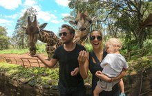<strong>Na sociálních sítích můžete tuto rodinu, která se živí cestováním, najít pod jménem the Sikls. Jako blogeři spolupracují sresorty, hotely a značkami po celém světě, kteří jim za fotografie a propagaci na sociálních sítích dávají výměnou své služby zdarma či se slevou nebo je finančně ohodnocují. Na cestě kolem světa jsou Kamila (27), Ondřej (30) a jejich syn Elliot (2) smalou přestávkou již téměř rok, během kterého procestovali více než třicet zemí. Jak vzpomínají na své začátky i na Afriku, kde trávili poslední měsíce? </strong>