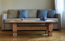 <strong>Při svých proměnách interiérů používá designérka Martina soblibou starší kusy nábytku, které by jinak asi skončily ve sběrném dvoře. Těmto věcem propůjčí nový vzhled a dá jim tak další šanci! Tentokrát se pustila do staršího dubového stolu, který se po svém znovuzrození nádherně rozumí s modrými a béžovými odstíny vobývacím pokoji. Třeba vás po shlédnutí následujících snímků přepadne chuť si něco podobného zkusit sami doma. </strong>