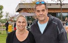 Miroslav Etzler (54) a jeho přítelkyně Helena Bartalošová (37) se před rokem dočkali prvního společného potomka. Přestože jsou spolu šťastní, najdou se tací, pro které je dvojice trnem v oku, zejména hercova partnerka.