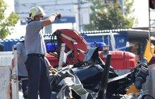 Čtyři mrtví po pádu helikoptéry. Policie šetří, kdo pilotoval: Vrtulník se zřítil při oslavě