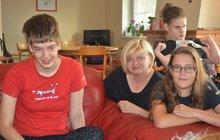 <strong>Jana, Sára a Petra. Je to už sedmnáct let, co Jitka Sedlačková (54) přivedla vBrně na svět trojčata. Tehdy neměl nikdo ani tušení, jak těžký život rodinu čeká. Dvě dívky jsou zdravotně postižené, třetí naštěstí dokázala nad handicapem po velkém boji zvítězit. Vdomácnosti je velkou pomocí manžel Peter (52). A všude je plno i pětileté Amálky, zlatého retrívra, asistenčního psa, bez kterého si už nedokážou svůj život představit.</strong>