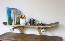 Máte doma děti, které touží po inovaci svého pokojíku? Inspirujte se návodem od Martiny Krumphanslové z ateliéru Chvadlene Madlene. S využitím starého skateboardu a policových konzolí totiž designérka vytvořila zcela originální poličku. Podobným způsobem se ovšem dají tvořit i další jediné kousky. Skvěle vypadá například lavička, věšák či tabule. Ostatně, posuďte sami...