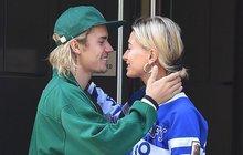 Brousily si na něj zuby krasavice z celého světa, zpěvák Justin Bieber (24) si tu svou jedinou už ale vybral. Hailey Baldwin (21) ale není žádná Popelka z davu, která si splnila sen, ale sama pochází z pořádně bohaté a vlivné rodiny. Takže kdo je vlastně tato dívka, které dal Bieber prsten za 10 milionů korun?