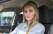 Není tak úspěšná a slavná, má méně trofejí i milionů. V jednom ale tenistka Kristýna Plíšková (26) svoje dvojče Karolínu trumfuje: má řidičák a jezdí autem. I když...