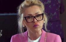 Nateklé tváře, rudý obličej! Tak dopadla Kateřina Kaira Hrachovcová (44) v seriálu Krejzovi. Ve scénáři jí zřídily obličej vosy, před kamerou maskéři. Výsledek? Strašný pohled!