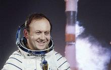Jako jediný Čech viděl naši modrou planetu z vesmírné lodi. Vladimír Remek (70) však zažil i horší časy, poznal nejen obdiv, ale i zapomnění.
