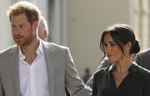 21. září mohlo být pro britskou královskou rodinu černým dnem. Princ Harry a jeho manželka Meghan Markle byli jen krůček od smrti. Do jejich letadla totiž uhodil blesk.