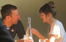 Hollywood řeší nové sladké tajemství. Je Dakota Johnson (29), hvězda lechtivého filmu 50 odstínů šedi, těhotná se zpěvákem kapely Coldplay Chrisem Martinem (41) ?