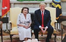 I Donald Trump umí mile překvapit! Alespoň jeho (bývalou) rodinu, konkrétně tedy jeho extchyni Marii Zelníčkovou (92), maminku Ivany Trump (69). Paní Marie se dočkala velké pocty, když ji prezident USA pozval do slavné Oválné pracovny a ještě ji předal dar.