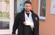 Původně šel jen nakupovat, brzy mu šlo ale o život. Brněnský strážník Jiří Čermák (41) se v pondělí večer postavil ozbrojenému lupiči. Vyrazil mu z ruky pistoli a držel ho do příjezdu policie.