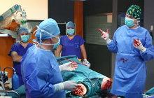 Iluze, ze které běhá mráz po zádech. To zažívají Tomáš Měcháček (39) a spol. jako lékaři v seriálu Modrý kód, když jim maskéři »přivezou« na operační sál zraněné. Dělají doslova zázraky, amputované nohy jsou jedním z nich, patří k jejich mistrovským kouskům.