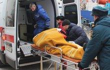 Nejméně třináct mrtvých a zhruba padesát zraněných si vyžádal středeční výbuch na střední průmyslové škole ve městě Kerč na Krymu. Ruské úřady označily explozi za teroristický útok. Nejprve se objevila informace, že neštěstí zavinil výbuch plynu. Později se však ukázalo, že ve školní jídelně bylo umístěno výbušné zařízení.