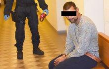 Za mřížemi věznice v Plzni na Borech skončil Tomáš D. (28) z Písku, který podle policie v sobotu zavraždil muže (†71) a pořezal ženu (53).