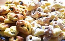 <strong>POTŘEBUJETE:</strong>listové těstohrušky čerstvé nebo kompotovanémletou skořicimoučkový cukr2 ks skořicového cukru (dle chuti)rozšlehané vejce na potření před pečenímhladkou mouku na posypání