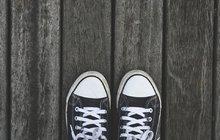 <strong>Libujete si vchůzi na jehlách? Nebo dáváte naopak přednost botám na platformě či sportovním teniskám? Říká se, že čím vyšší a tenčí podpatek, tím nižší sebevědomí. Tak by se dalo stručně shrnout, co o nás boty, které pravidelně nosíme, vypovídají. Nic samozřejmě nelze brát paušálně, ale přinejmenším to stojí za zamyšlení. Nejen šaty totiž dělají člověka, ale i typ obuvi o nás prozradí víc, než by se na první pohled mohlo zdát.</strong>
