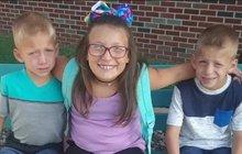 Tři mrtví sourozenci na zastávce autobusu: Dívenka (†9) tělem chránila své brášky