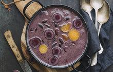 POTŘEBUJETE:2 lžíce olivového oleje1 cibuli1 mrkev5 stroužků česneku800 g předvařených červených fazolí900 ml zeleninového vývaru2 lžíce citronové šťávy1 hrst čerstvého koriandru k podávánísůlmletý pepř