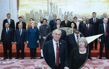 Focení na závěr čínské krasojízdy: Zeman nezapnul sako...a první dáma mrkla