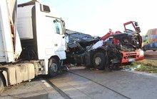 Smrt spolujezdkyně na dálnici D1: Šofér najel pod kamion!