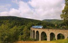 Během posledních podzimních výletů si můžete vychutnat i pohledy na zajímavé kulturní památky. Vdnešním cestování máme pro vás několik tipů na mosty, které zaujmou na první pohled a současně se přes ně (ať už autem, pěšky nebo třeba po železnici) dostanete tam, kam potřebujete. Vydejme se tedy do Černvíru na jižní Moravu, dojihočeské Bechyni a do Libereckého kraje ke Kryštofovu údolí.