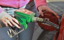 Ceny nafty i benzinu padají