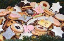 Stihnout deset druhů cukroví během víkendu před Vánoci? Pro většinu nemožné, navíc některé druhy potřebují více času ktomu, aby se před konzumací pěkně rozležely. Ať tak či onak, pečení vánočního cukroví je u nás tradicí a jen vmálokteré rodině (obzvlášť kde mají menší děti) se spoléhají jen na to, že rohlíčky nebo linecká kolečka koupí vcukrárně či supermarketu. Máme pro vás pár tipů, kdy je ideální spřípravou na pečení začít. Na následujících stranách naší přílohy pak najdete 40 skvělých receptů!